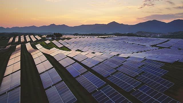 vídeos de stock e filmes b-roll de aerial view solar power station - cena não urbana