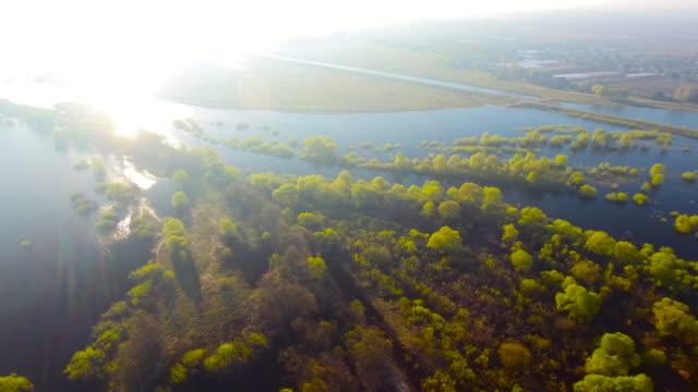 Luchtfoto. Morsen van de Pripyat rivier. Dorp in de vroege ochtend. Luchtfoto drone schoot.