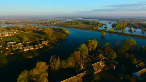 vídeos y material grabado en eventos de stock de vista aérea. derrames del río pripyat. pueblo en la madrugada. aerial drone disparó. - bielorrusia
