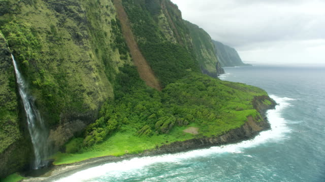 vidéos et rushes de aerial view steep jurassic cliffs pacific ocean hawaii - îles hawaï