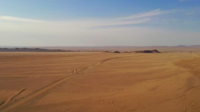 vidéos et rushes de ws vue aérienne ensoleillée vaste désert, namibie, afrique - paysage afrique