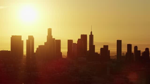 aerial view sunrise over la financial district skyline - us bank tower bildbanksvideor och videomaterial från bakom kulisserna