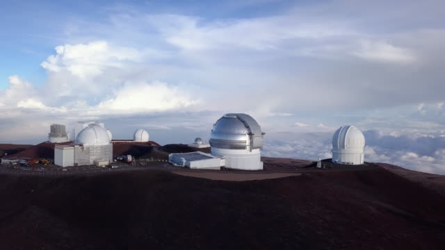 vidéos et rushes de aerial view sunrise over the summit of mauna kea observatory, hawaii. usa - big island îles hawaï