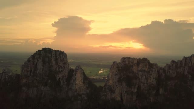 aerial blick auf sonnenuntergang und die bergspitze - getönt stock-videos und b-roll-filmmaterial
