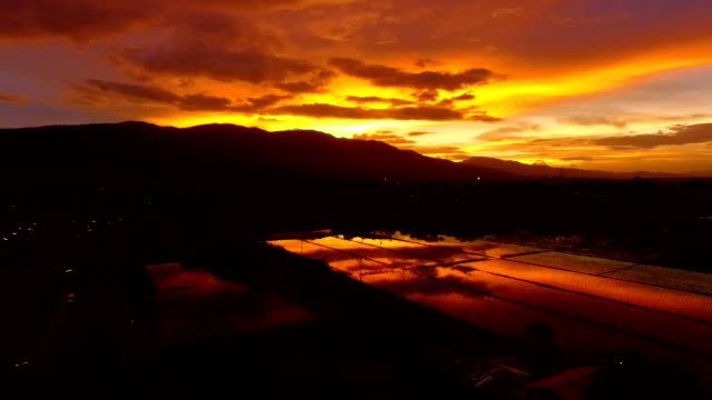 WS-Antenne Blick Sonnenuntergang und der Berg