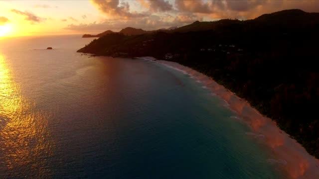 vídeos de stock, filmes e b-roll de vista aérea: pôr do sol em anse intendanse, ilha de mahé, seychelles - seychelles