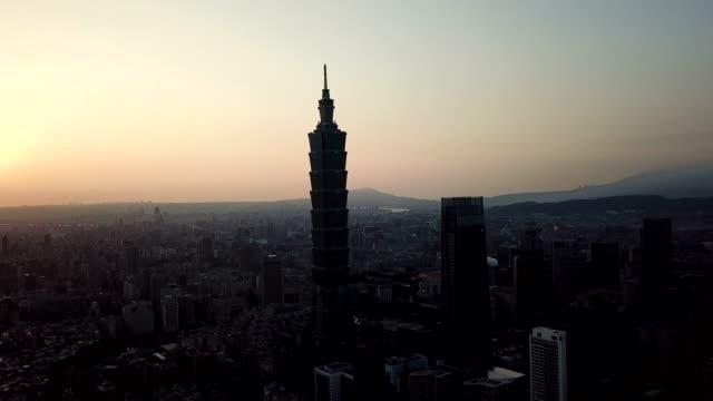 建物の景観の夕日を眺めます都市台北の有名な塔、台湾 - taipei点の映像素材/bロール