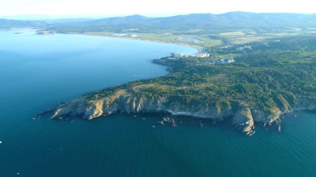 vídeos de stock, filmes e b-roll de vista aérea larga super tiro de um mar e continente - bulgária