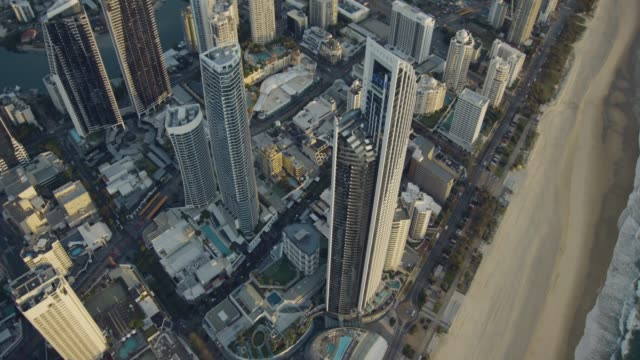 stockvideo's en b-roll-footage met aerial view surfers paradise skyscraper gold coast queensland - stadsdeel