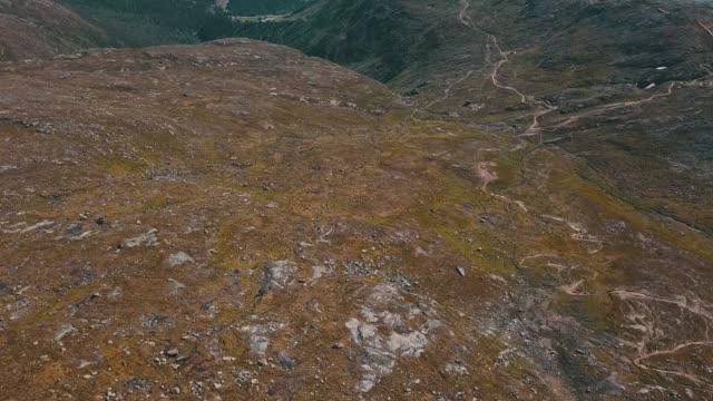 luftaufnahme schwedischer berge - dry stock-videos und b-roll-filmmaterial