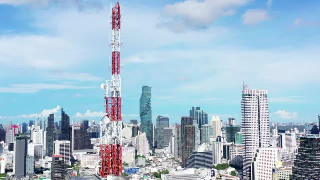航空写真電気通信タワー5gモノのインターネットとスマートシティ - 周波数点の映像素材/bロール