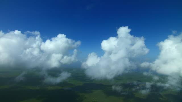 vídeos de stock e filmes b-roll de aerial view through clouds over the island of barbuda in the caribbean. - índias ocidentais