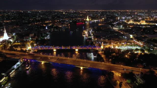 夜の王宮とチャオプラヤー川の空中ビューの傾き - 王宮点の映像素材/bロール