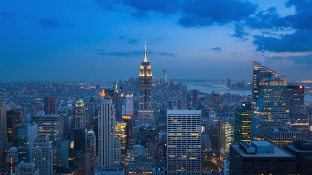 vídeos de stock, filmes e b-roll de aerial view, time lapse of manhattan skyline with empire state building at night - time lapse do dia para a noite