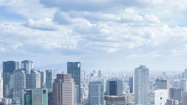 Luftbild-Zeitraffer von Osaka Stadtbild mit Wolken bewegen