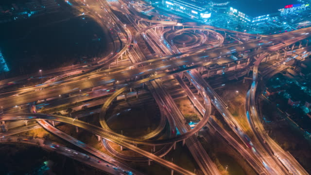 vídeos de stock e filmes b-roll de aerial view time lapse or hyper lapse road traffic intersection.transportation concept.connection and networking technology - time lapse de trânsito