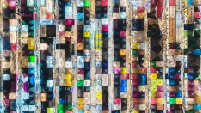 vidéos et rushes de vue aérienne time-lapse zoom dans marché de nuit coloré pour les commerces et la rue de nourriture à bangkok, en thaïlande. - bangkok