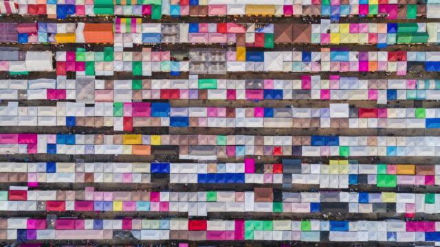 luftbild zeitraffer verkleinern bunten nachtmarkt für einkaufen und straße essen in bangkok, thailand. - auf dem wasser treiben stock-videos und b-roll-filmmaterial