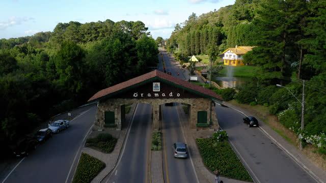 グラマド市内の入り口ファサードへの空中写真、リオグランデドスル、ブラジル - リオグランデドスル州点の映像素材/bロール