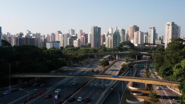 vidéos et rushes de vue aérienne jusqu'à l'avenue du 23 mai, près de la région d'ibirapuera, sao paulo, brésil - centre ville
