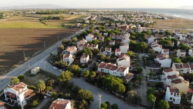 luftbild oben mit blick über idyllisches villengelände - geplante wohnsiedlung stock-videos und b-roll-filmmaterial