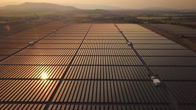 flygfoto överstsikt över solpaneler farm - 10 seconds or greater bildbanksvideor och videomaterial från bakom kulisserna