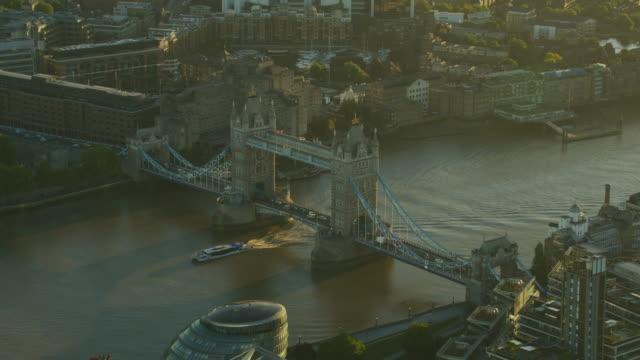 aerial view tower bridge at sunrise london uk - 跳開橋点の映像素材/bロール
