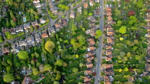 vídeos y material grabado en eventos de stock de vista aérea de la ciudad y suburbia de luz de sol. hd - villa asentamiento humano