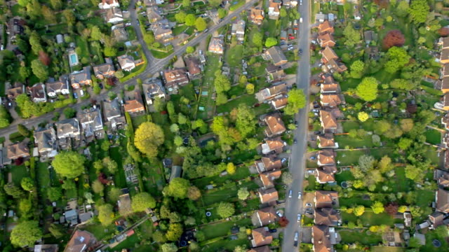 vista aerea della città e suburbia di sole. hd - uk video stock e b–roll