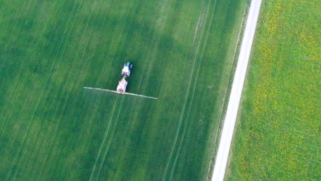 luftbild: traktor im gerstenfeld - gärtnerisch gestaltet stock-videos und b-roll-filmmaterial