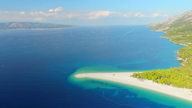 航空写真ビュー、日当たりの良い静かな風光明媚なビーチと青い海、ボル ズラトニ ラット、ブラチ島の島、クロアチアを表示します。 - ブラック島点の映像素材/bロール