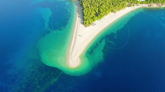 空中ビュー静かで日当たりの良い風光明媚なビュー ビーチと青い海、ボル - zlatni ラット、ブラチ島の島、クロアチア - ブラック島点の映像素材/bロール