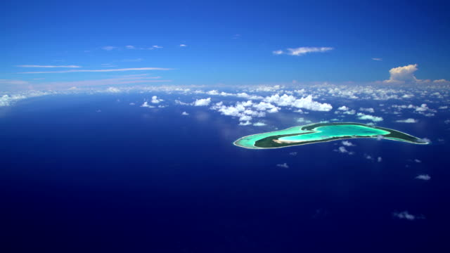 stockvideo's en b-roll-footage met aerial view tupai coral atoll reef south pacific - frans polynesië