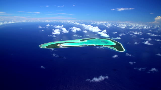 stockvideo's en b-roll-footage met aerial view tupai heart island atoll south pacific - frans polynesië