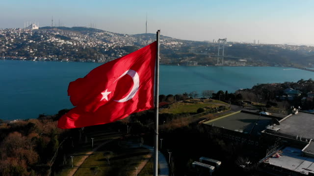 vidéos et rushes de vue aérienne turque drapeau istanbul 4k - drapeau turc