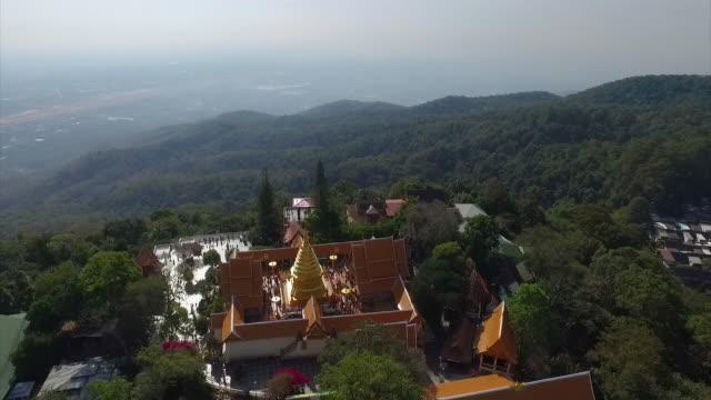 vídeos de stock, filmes e b-roll de vista aérea de wat phra que doi suthep em chiang mai, tailândia - província de chiang mai