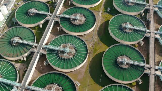 vidéos et rushes de vue aérienne usine de traitement de l'eau pour la conservation de l'environnement. - écosystème