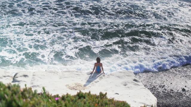 vídeos y material grabado en eventos de stock de ws rv aerial view, woman looking at the sea - traje de baño de una pieza