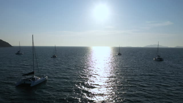 luftaufnahme yacht verankert schwimmend auf dem ozean - anchored stock-videos und b-roll-filmmaterial