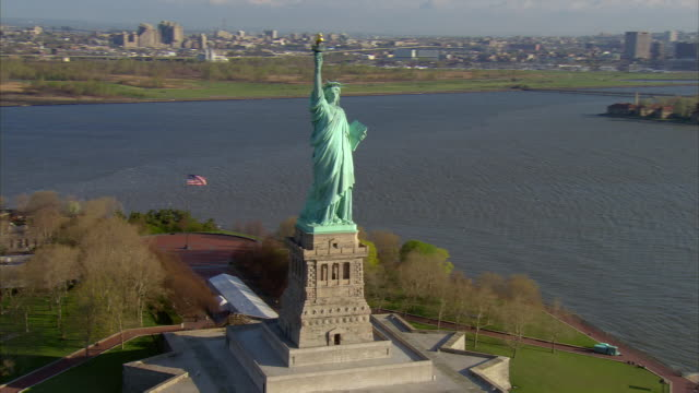 aerial view zoom in zoom out circling statue of liberty in new york harbor / new york, new york - freiheitsstatue stock-videos und b-roll-filmmaterial