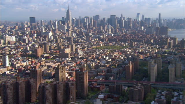 vídeos de stock, filmes e b-roll de aerial view zoom out manhattan cityscape over williamsburg bridge / new york city, new york - williamsburg new york