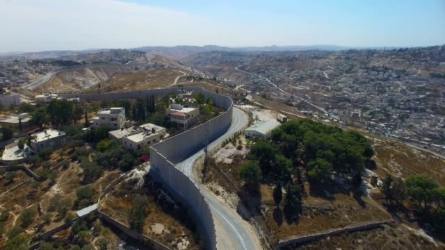 vídeos de stock e filmes b-roll de aerial view-israel defence barrier wall near gilo and beit jala, jerusalem - muro circundante