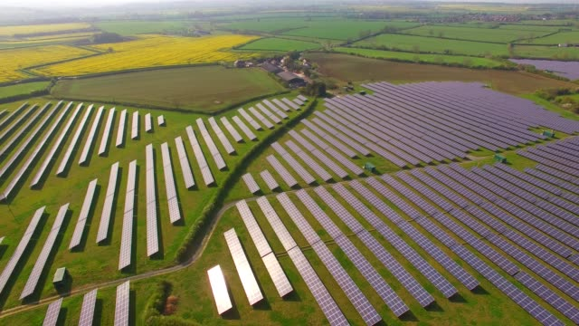vídeos y material grabado en eventos de stock de aerial views of a large solar energy generation farm in northamptonshire england uk - northamptonshire