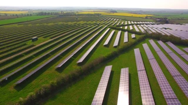 aerial views of a large solar energy generation farm in northamptonshire england uk - fuel and power generation bildbanksvideor och videomaterial från bakom kulisserna