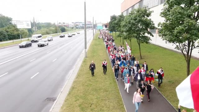 vídeos y material grabado en eventos de stock de aerial views of a mass of tens of thousands of protesters gather during a demonstration on august 23, 2020 in minsk, belarus. crowds have gathered... - bielorrusia
