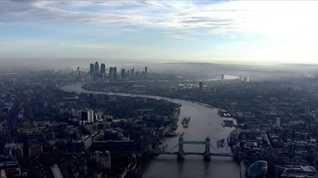 vídeos de stock e filmes b-roll de aerial views of a misty morning central london skyline - reino unido