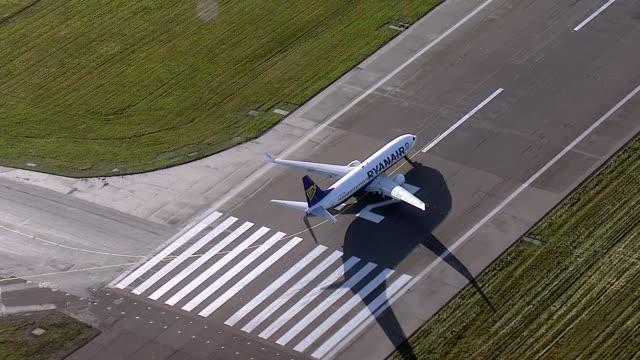 aerial views of a ryanair plane taking off at london city airport - ライアンエアー点の映像素材/bロール