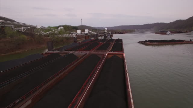 vidéos et rushes de aerial views of barges carrying coal on the ohio river - carrying