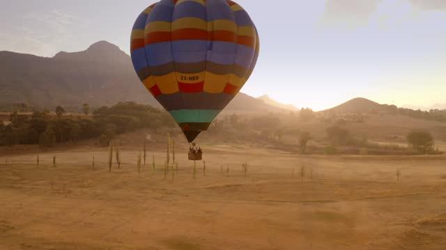 vídeos y material grabado en eventos de stock de aerial views of beautiful south africa- hot air ballooning - stock video - moving image