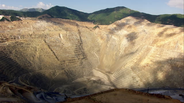 vidéos et rushes de aerial views of bingham canyon mine in sunshine and shadow - industrie minière